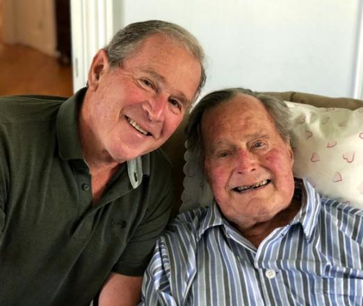 94세 생일을 맞은 조지 H W 부시(오른쪽) 전 미국 대통령이 12일(현지시간) 메인주 케네벙크포트에 있는 별장에서 아들 조지 W 부시 전 대통령의 축하를 받으며 환한 얼굴로 생일을 자축하고 있다. 조지 W 부시 오피스 제공·AP 연합뉴스