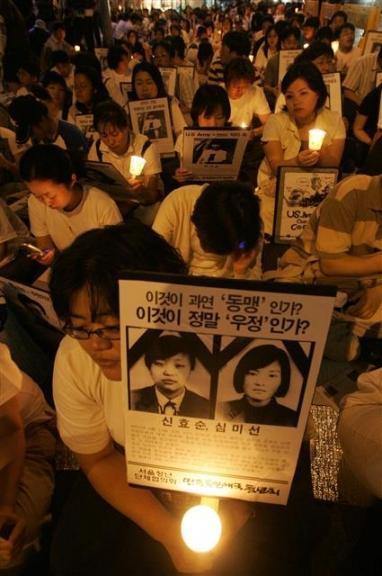 2005년 시민단체들이 서울 광화문에서 3주기 추모 촛불집회를 벌이는 모습.  연합뉴스