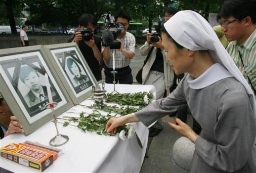 2006년 광화문광장에서 열린 4주기 추모 집회에서 시민들이 헌화하는 사진. 연합뉴스