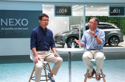 정의선(오른쪽) 현대자동차 부회장과 자오융 딥글린트 CEO가 13일 중국 상하이 신국제엑스포센터에서 열린 'CES 아시아 2018'에서 양사의 기술 협력 파트너십에 대해 발표하고 있다.  현대자동차 제공