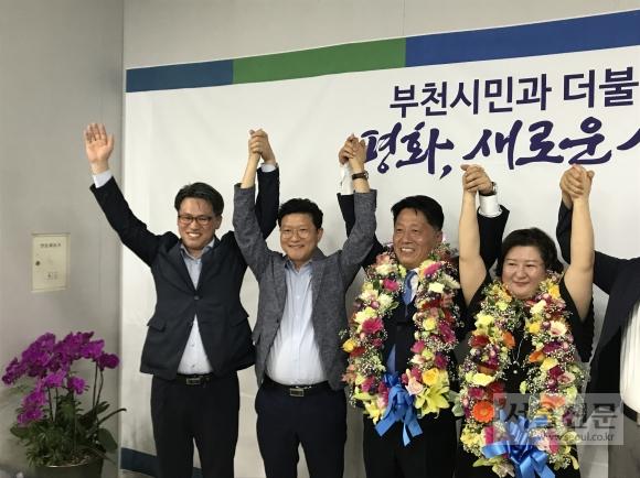 장덕천(오른쪽서 두 번째) 부천시장 후보가 오후 11시현재 득표율 64%로 당선이 확실시되자 선거캠프에서 부인 서은주(맨오른쪽)씨와 함께 당선축하 세리모니를 하고 있다. 장덕천 후보측 제공
