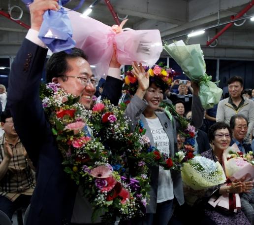 허석 순천시장 당선인이 선거캠프에서 지지자들의 축하를 받으며 만세를 외치고 있다.