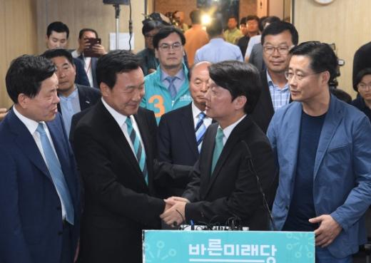 안철수(오른쪽 두 번째) 바른미래당 서울시장 후보가 13일 서울시장 선거에서 3위를 하는 것으로 집계되자 여의도 당사를 방문해 입장을 발표한 뒤 손학규(왼쪽 두 번째) 선대위원장과 착잡한 표정으로 악수를 하고 있다. 김명국 선임기자 daunso@seoul.co.kr