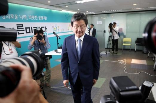 사퇴 밝힌 뒤 기자회견장 나서는 유승민