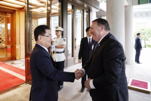 정의용(왼쪽) 국가안보 실장이 14일 오전 청와대를 방문한  마이크 폼페이오 미국 국무장관을 영접하고 있다. 2018. 6. 14 안주영 기자 jya@seoul.co.kr