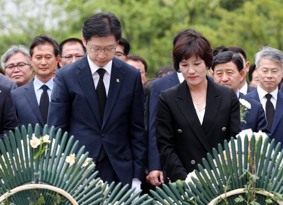노무현 전 대통령 묘역 찾은 김경수 경남지사 당선인