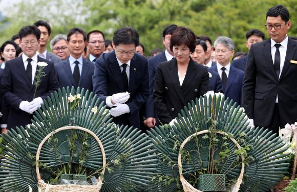 노무현 전 대통령 묘역 찾은 김경수