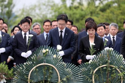 봉하 찾은 김경수 경남지사 당선인