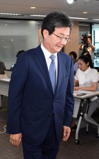 바른미래당 유승민 공동대표가 14일 서울 여의도 당사에서 6.13 지방선거 및 재보궐 선거 결과에 대한 책임을 지고 공동대표를 사퇴하겠다고 밝힌 뒤 당사를 떠나고 있다. 2018. 6. 14. 박윤슬 기자 seul@seoul.co.kr
