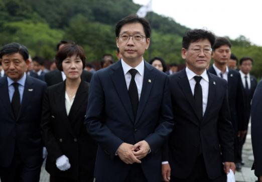 봉하마을 찾은 김경수 당선인