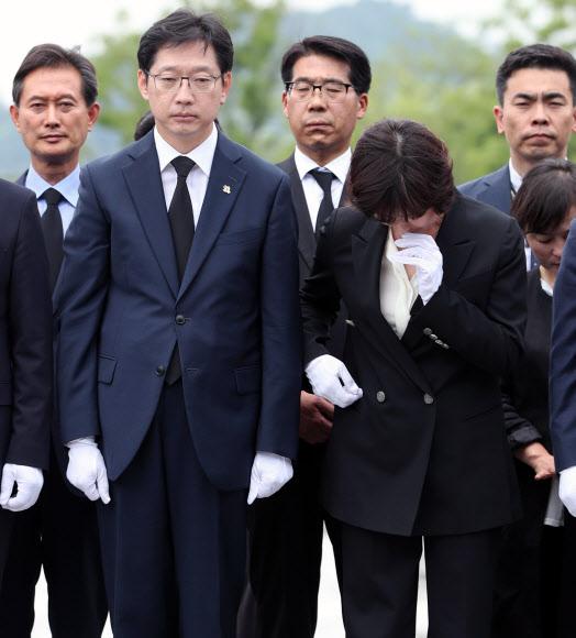 봉하 참배하는 김경수 내외