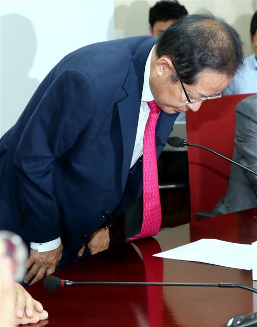 고개 떨군 홍준표...자유한국당 대표직 사퇴