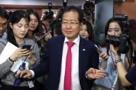 [서울포토] 대표직 사퇴 기자회견 후 당사 떠나는 홍준…