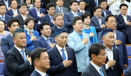 국기에 경례하는 파란머리 의원들