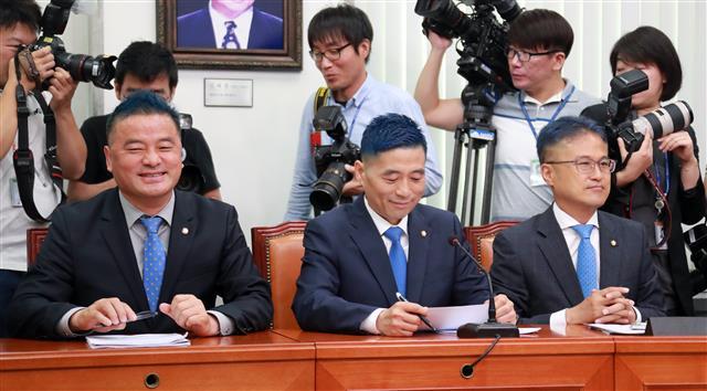 약속 지킨 민주당 의원들의 '파란머리'