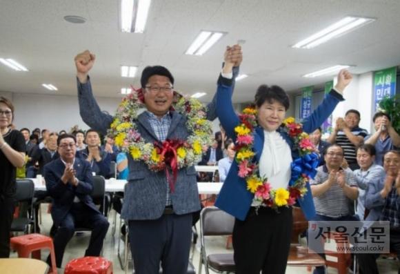 엄태준 이천시장 당선자가 14일 새벽 당선 확인 후 지지자들로 부터 축하 꽃목걸이를 받은후 기념사진을 찍고있다. (엄태준 캠프 제공)