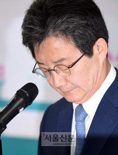 """""""참패 책임""""… 야당 대표들 줄줄이 사퇴 6·13 지방선거 다음날인 14일 자유한국당과 바른미래당 지도부가 패배의 책임을 지고 사퇴의 뜻을 밝혔다. 여의도 당사에서 공동대표 사퇴를 밝히며 생각에 잠겨 있는 유승민 바른미래당 공동대표.  박윤슬 기자 seul@seoul.co.kr"""