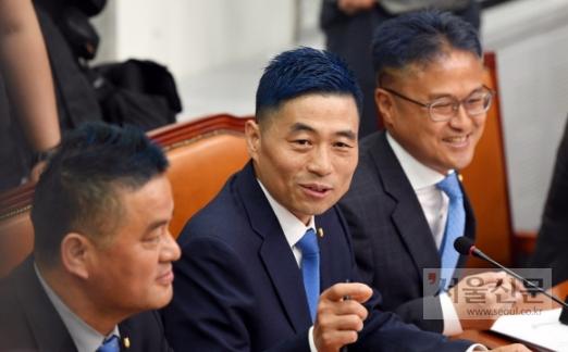 파란색 스포츠머리로 변신  더불어민주당 김정우(오른쪽), 김민기(가운데), 임종성(왼쪽) 의원이 14일 서울 여의도 국회에서 열린 민주당 중앙선거대책위원회에서 머리를 파란색으로 염색한 모습으로 앉아 있다. 이들 의원은 앞서 6·13 지방선거 투표율이 60%를 넘길 경우 스포츠 머리를 하고 파란색으로 염색하겠다고 공약했다.  박윤슬 기자 seul@seoul.co.kr