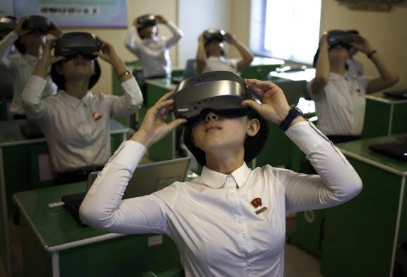 北에선 가상현실 체험 북한 평양 교원대학 학생들이 14일 가상현실 고글을 쓰고 과학수업을 듣고 있다. 평양 AP 연합뉴스