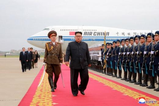 김정은 위원장이 정상회담을 마치고 13일 에어차이나 항공을 타고 평양에 도착해 공항을 빠져나가고 있다. 평양 조선중앙통신 연합뉴스