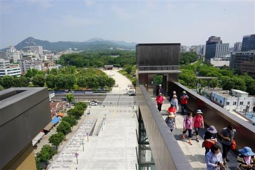 세운상가 9층 옥상에서 바라본 고즈넉한 종묘의 모습. 뒤로 백악산과 삼각산이 병풍처럼 펼쳐져 있다.