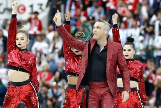 로빈 윌리엄스가 14일(현지시간) 러시아 모스크바 루즈니키 스타디움에서 열린 개막식에서 열창을 하고 있다. AP 연합뉴스