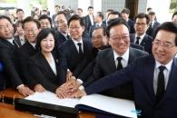 """민주, 현충원 찾아 DJ·YS 묘소 참배…""""평화·민생 완…"""