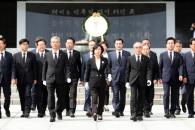 [6·13 민심] 與, DJ·YS 묘소 참배… 31년 만에 '민…