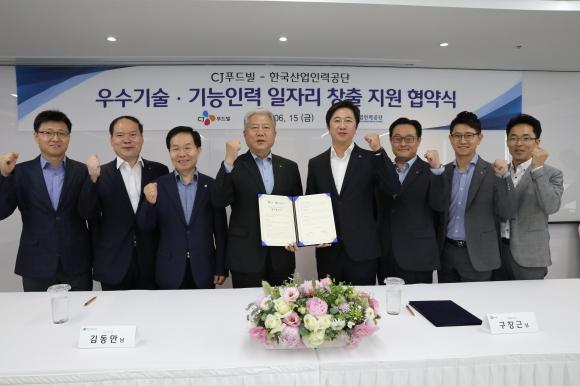한국산업인력공단(이사장 김동만, 왼쪽 네번째)과 CJ푸드빌(대표이사 구창근, 오른쪽 네번째)은 15일, CJ푸드빌 본사(서울 중구)에서 기능경기대회 선수들의 취업지원과 우수기능인력 육성을 위한 업무협약을 체결했다.한국산업인력공단 제공