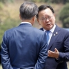 [포토] '귀국하자마자 진지한 대화중' 문재인 대통령