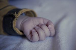 한파 속 신생아 숨진 채 발견…친모가 출산 뒤 창밖으로 던져
