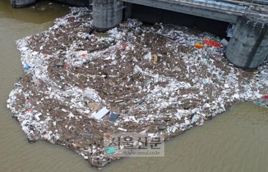 팔당댐 장마 쓰레기 둥둥  3일 경기 하남시 팔당댐에 지난 폭우로 떠내려온 쓰레기들이 가득하다.  박지환 기자 popocar@seoul.co.kr