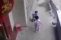 아기 탄 유모차 언덕 아래로 밀어버린 소녀