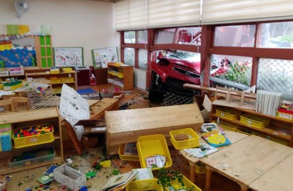 유치원으로 돌진한 승용차… 어린이 등 20명 부상 5일 광주 광산구 한 초등학교 병설 유치원 건물 창문에 소형 승용차 앞 부분이 박혀 있다. 승용차는 도로를 벗어나 인도로 돌진해 유치원 외벽과 충돌했다. 사고 당시 교실에선 6세 어린이 18명과 교사 1명이 미술 수업을 하고 있었다. 신고를 받고 출동한 소방대는 경상 환자로 분류된 모닝 운전자 김모(47·여)씨와 어린이들, 교사 등 부상자 20명을 병원으로 옮겼다. 김씨는 운전면허를 소지했으며 음주 상태는 아니었던 것으로 파악됐다.  광주 연합뉴스