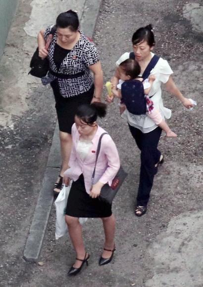 5일 평양에서 거리를 걷고 있는 시민들의 모습. 평양 시내에서는 반미 구호가 많이 사라지고 20·30대 여성은 물론 40·50대 중년 여성도 상당수 굽이 높은 구두를 신고 있었다.  평양 사진공동취재단