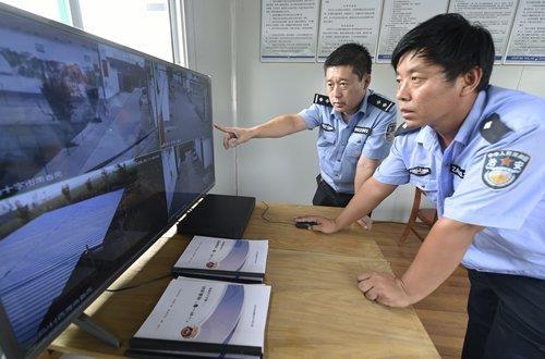 중국 동부 산둥성 빈저우시 쩌우핑현에서 공안들이 감시 카메라를 통해 농촌마을의 안전 상황을 점검하고 있다. 글로벌타임스 홈페이지 캡처