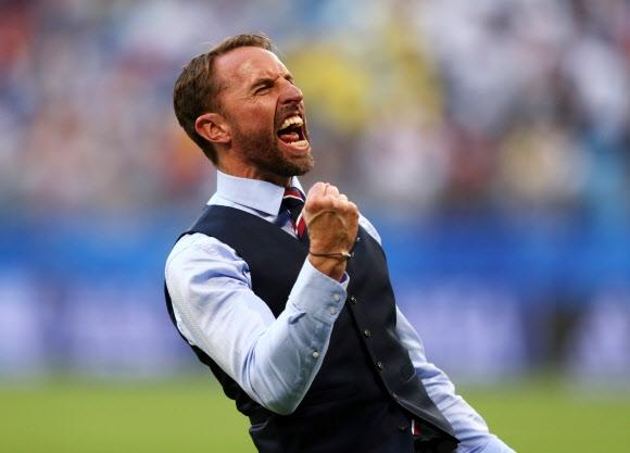 개러스 사우스게이트 잉글랜드 축구대표팀 감독이 8일 사마라 아레나에서 열린 스웨덴과의 러시아월드컵 8강전을 2-0으로 끝낸 뒤 주먹을 불끈 쥐며 환호하고 있다.  사마라 로이터 연합뉴스
