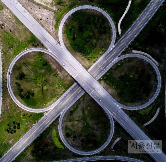 경북 영주시 가흥교차로에서 차량들이 줄지어 달리고 있다. 2018년 기준 대한민국의 고속도로는 총연장 4766㎞로, 국토 면적 대비 독일의 아우토반보다 더 촘촘하게 놓여 있는 셈이다.