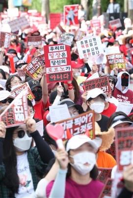 여성의 일상은 포르노가 아니다 7일 오후 서울 대학로에서 불법촬영 편파수사 규탄시위가 열리고 있다.이들은 소위 '몰카'로 불리는 불법촬영 범죄의 피해자가 여성일 때에도 신속한 수사와 처벌을 할 것을 촉구했다. 2018.7.7/뉴스1