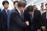 文대통령 '국정농단 재판' 이재용 만났다…'기업을 뛰게 하라'