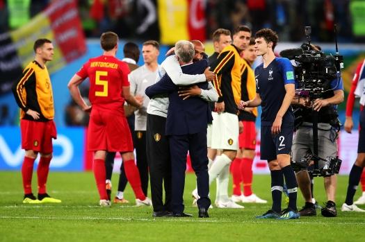 벨기에 대표팀 코치로 활약한 티에리 앙리가 경기 종료 후 디디에 데샹 프랑스 감독을 찾아가 포옹하는 모습. 연합뉴스