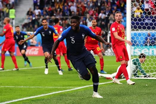 프랑스와 벨기에 간 준결승 경기에서 결승골의 주인공인 사무엘 움티티가 후반 6분 헤딩골을 성공시킨 뒤 포효를 하며 달려가는 모습. 연합뉴스