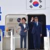 [서울포토] 인사하는 문재인 대통령 내외