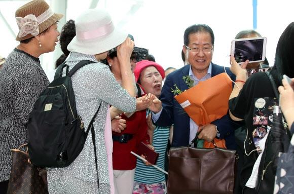 지지자 배웅 속 출국하는 홍준표