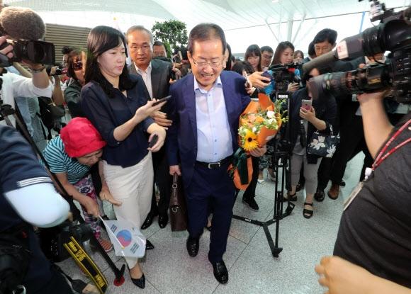 꽃다발 들고 출국하는 홍준표 전 대표