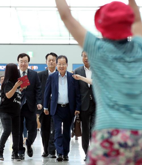 홍준표 전 대표 이름 연호하는 지지자