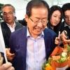 [서울포토] 꽃다발 받은 홍준표 전 대표