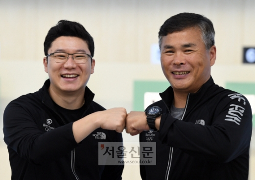역대 아시안게임에서 한국 선수 최다 메달(19개)을 따낸 박병택(오른쪽) 국가대표 사격팀 코치가 지난 10일 충북 진천선수촌에서 후배이자 제자인 진종오(KT)와 주먹을 맞부딪치고 있다. 진천 박윤슬 기자 seul@seoul.co.kr