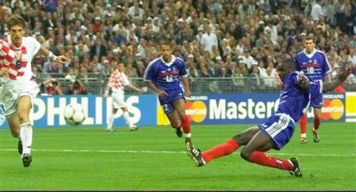 프랑스가 우승한 1998년 대회 4강전에서도 수비수 릴리앙 튀랑(오른쪽)이 크로아티아를 상대로 동점골을 터뜨리고 있다. AP 자료사진