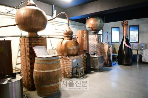 오미자 와인을 제조하는 경북 문경 오미나라 내부 증류실의 모습.
